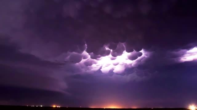 Mammatus Wolken und Blitz
