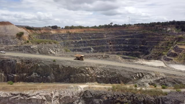 mammoth truck in lithium mine south western australia - miniera video stock e b–roll