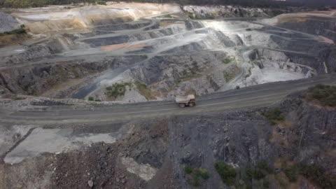 stockvideo's en b-roll-footage met mammoet truck in lithium mijn zuid-west-australië - kostbare edelsteen
