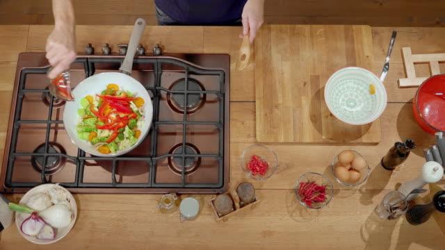 鍋に野菜ミックスに唐辛子を追加する ld 男 - フライパン点の映像素材/bロール