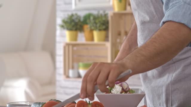 Mann Salat Sprossen hinzufügen