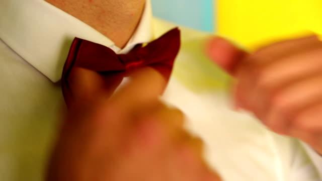 vídeos y material grabado en eventos de stock de hombre se ajusta rojo arco-brida alrededor del cuello - ajustar
