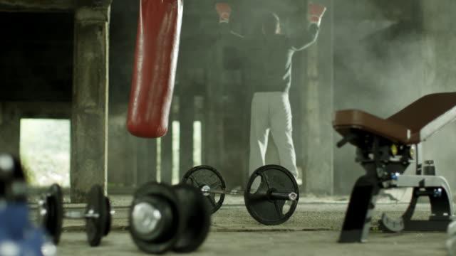 mann gegen tasche. mann gewonnen! - trainingsraum wohnraum stock-videos und b-roll-filmmaterial