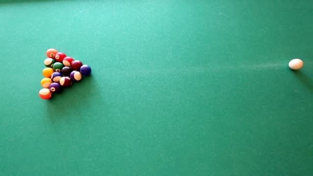 Mann am Pool Ball beim Billardspiel mit dem Ziel