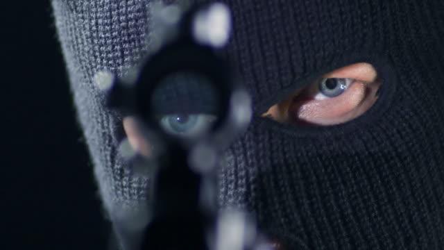 vídeos de stock, filmes e b-roll de homem visando com rifle - roubando crime