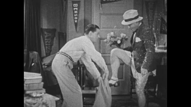 vidéos et rushes de 1932 man (bing crosby) almost leaves the house wearing no pants - underwear