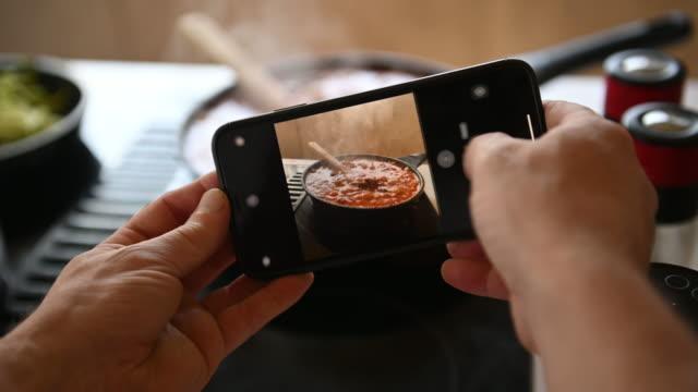 vídeos de stock e filmes b-roll de diy man alone home cooking spaghetti during covid-19 - bricolage