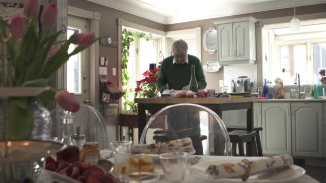 stockvideo's en b-roll-footage met mens alleen die familiediner voorbereidt - one mature man only