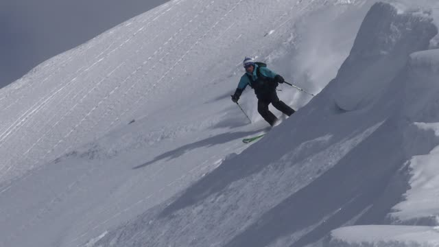 man alone sking on fresh snow from alps mountiain - sci attrezzatura sportiva video stock e b–roll