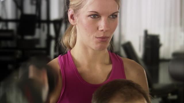 vídeos de stock e filmes b-roll de a man and a woman weight training at a gym, sweden. - fazer um favor