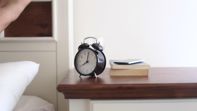Mannen och en väckarklocka