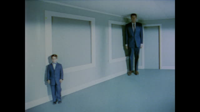 vidéos et rushes de 1958 man and boy change places in a slanted room to demonstrate a size optical illusion - perception sensorielle