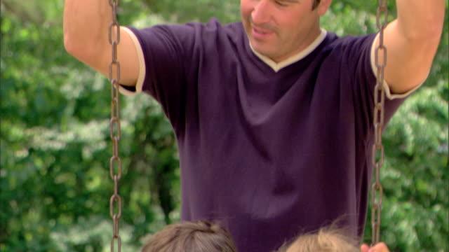 man and children at a playground - この撮影のクリップをもっと見る 1428点の映像素材/bロール