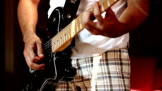 vídeos y material grabado en eventos de stock de hombre y guitarra - diapasón instrumento de cuerdas