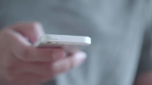 vídeos y material grabado en eventos de stock de fondo de hombre blanco y el teléfono - sms