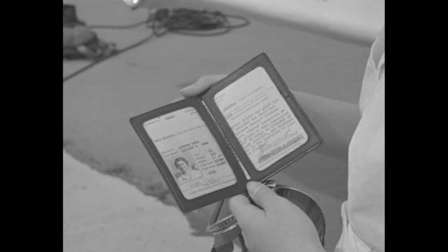 vídeos de stock e filmes b-roll de man and teenaged girl stand in front of small airplane man hands pilot's license to girl / cu the license in her hands / girl wears goggles and... - óculos protetores de aviador