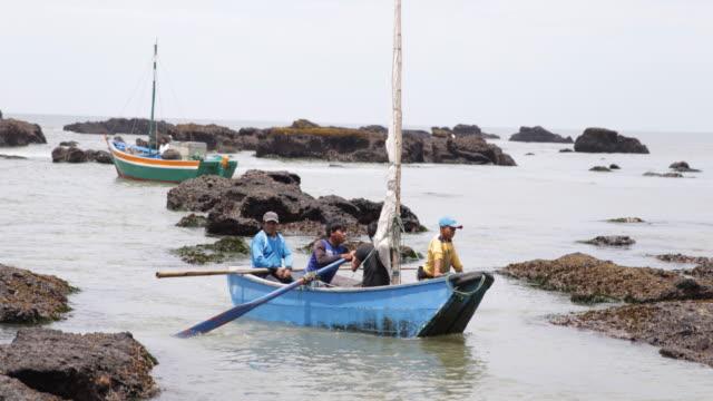 vídeos de stock, filmes e b-roll de man and three children in a boat at the sea shore in tortuga, peru. - oceano pacífico do sul