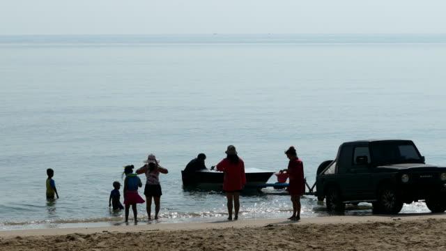 El hombre y el turista se preparan cerca del barco de motor de velocidad