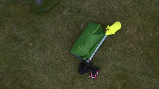 ロッキーの海岸線を探索する人と旅人 - テント点の映像素材/bロール