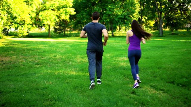stockvideo's en b-roll-footage met man en vrouw zijn joggen - menselijke rug
