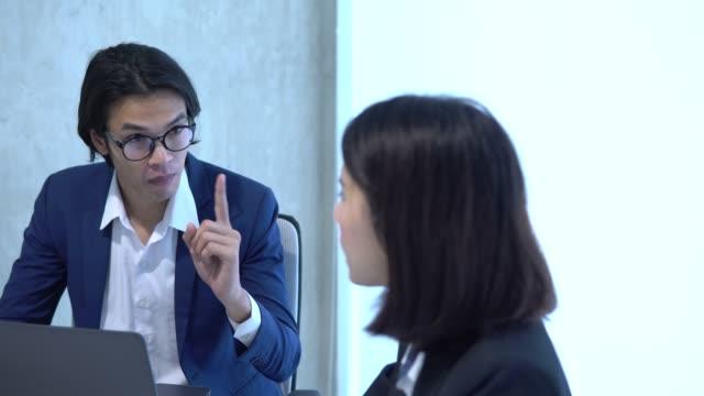 man och kvinna argumenterar oense om dåliga affärer avtalsvillkor - skälla ut bildbanksvideor och videomaterial från bakom kulisserna