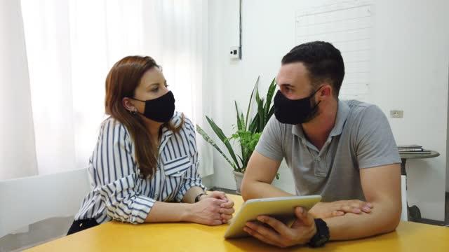 man och kvinna på kontoret som jobbar tillsammans. - brasilianskt ursprung bildbanksvideor och videomaterial från bakom kulisserna