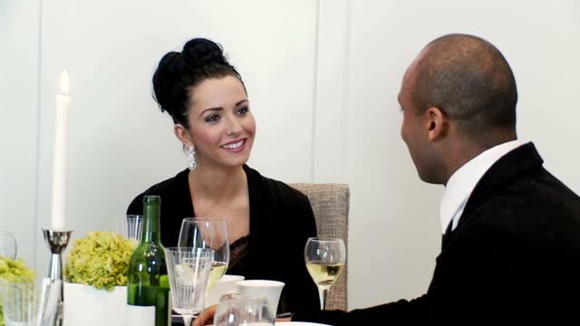 Homem e mulher chat no Jantar Festivo