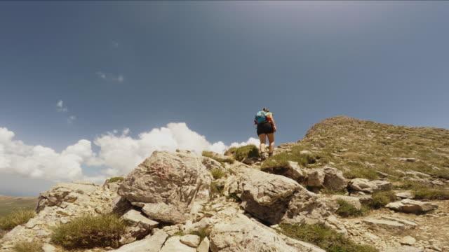 Man en vrouw een blootgestelde rots POV klimmen