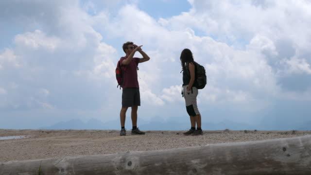 vídeos de stock, filmes e b-roll de a man and woman couple hiking in the mountains. - goodsportvideo