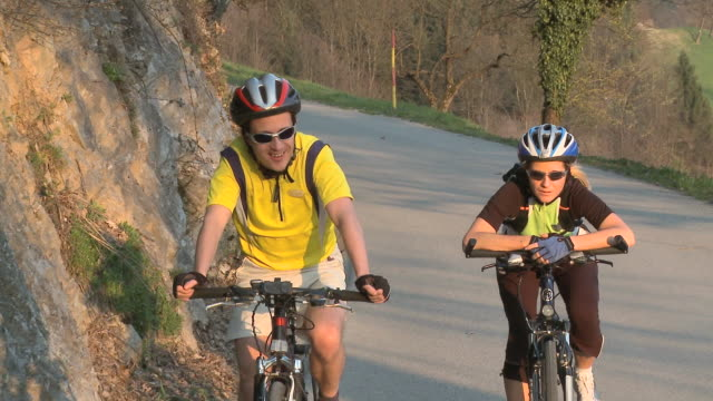 stockvideo's en b-roll-footage met ms ds man and woman cycling in rural landscape, vrhnika, slovenia - vrhnika