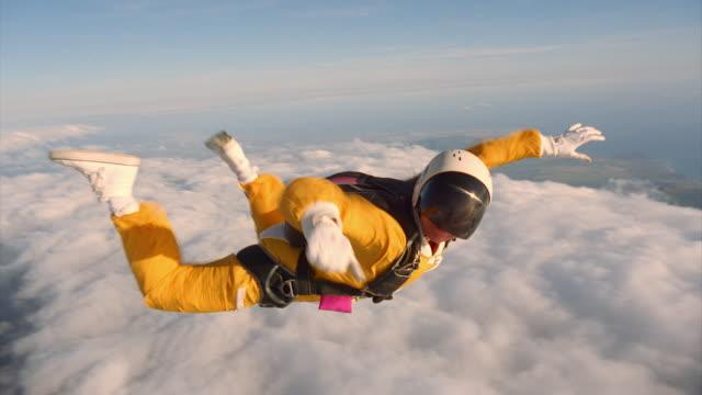 vídeos de stock, filmes e b-roll de man and woman deploy parachutes - paraquedismo