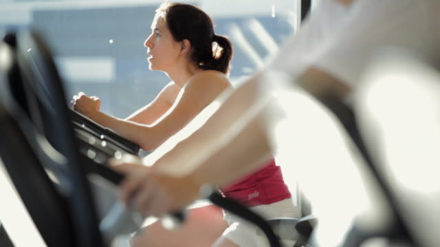 stockvideo's en b-roll-footage met ms tu ds man and woman doing exercise in gym / vancouver, british columbia, canada - cardiovasculaire training