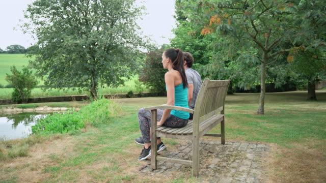 vídeos de stock e filmes b-roll de man and woman doing triceps dips - banco assento