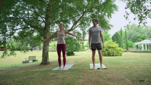 vidéos et rushes de man and woman doing yoga - trentenaire