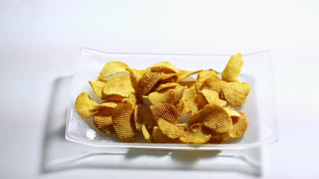 vídeos y material grabado en eventos de stock de man and woman eating potato chips  - tentempié