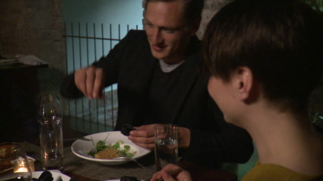 cu man and woman enjoying meal at restaurant table, new york city, new york, usa - ムール貝点の映像素材/bロール