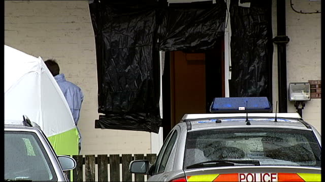 stockvideo's en b-roll-footage met man and woman found stabbed at their wandsworth road home england south london clapham wandsworth road ext croxteth house flats where bodies of... - wandsworth