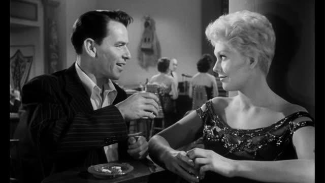 vídeos de stock e filmes b-roll de 1955 man (frank sinatra) and woman (kim novak) get reacquainted - frank sinatra