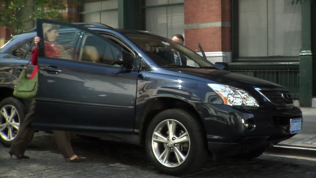 ms man and woman getting into suv and driving away, tribeca, new york, usa - 乗り込む点の映像素材/bロール