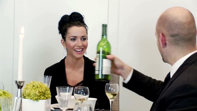 Homem e mulher com vinho no Jantar Festivo