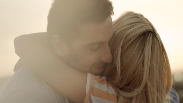 mann und frau umarmen - junges paar stock-videos und b-roll-filmmaterial