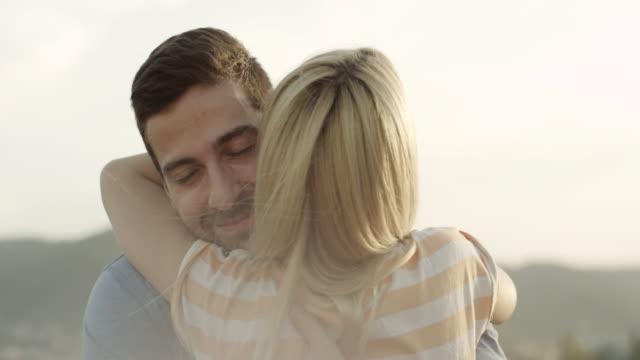 vídeos de stock e filmes b-roll de homem e mulher agarrar - marido