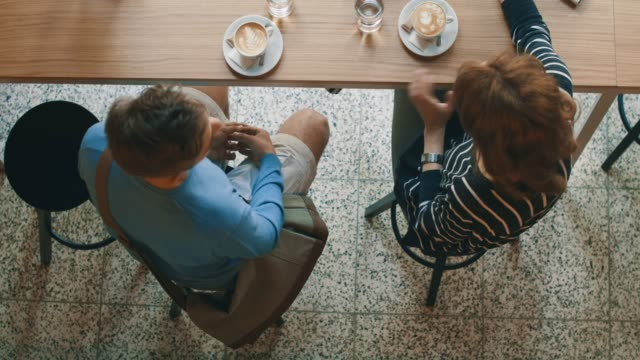 stockvideo's en b-roll-footage met man en vrouw in café-bar - bar tapkast