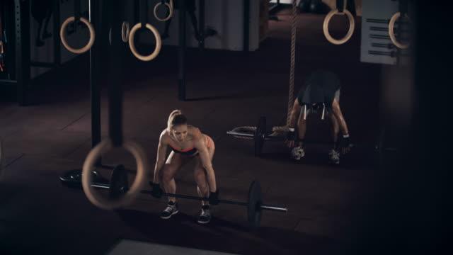 Mann und Frau, Gewichte zu heben