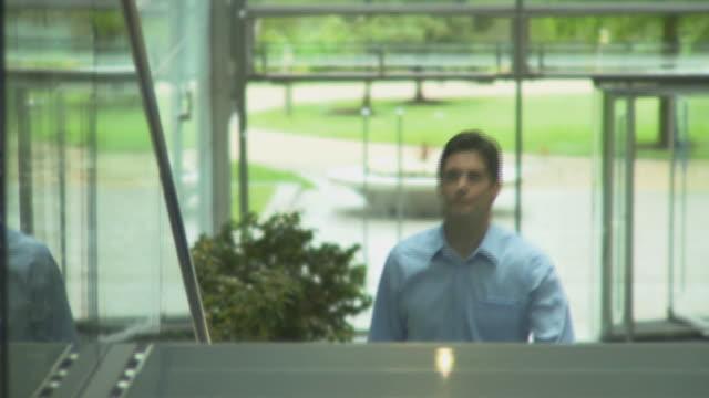 man and woman meeting in office handshake; uk - 挨拶点の映像素材/bロール