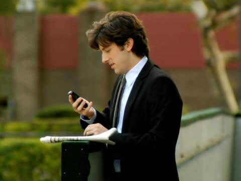vídeos y material grabado en eventos de stock de ms, selective focus, man and woman meeting in park, new york city, new york, usa - traje corbata