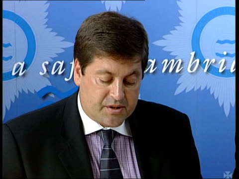 man and woman questioned; itn england: cambridgeshire: soham: int detective chief insp andy hebb into press conference and speaking sot - a... - witness stock videos & royalty-free footage