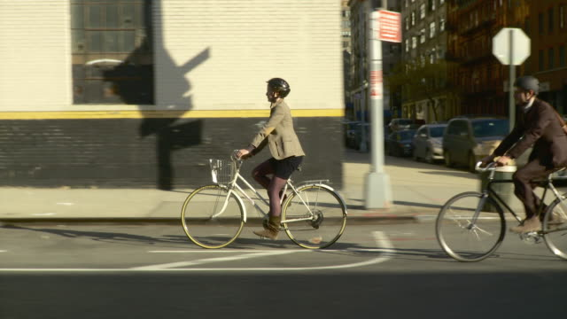 vídeos y material grabado en eventos de stock de ws ts man and woman riding bicycles on bike lane of street in tribeca / new york city, new york, usa - casco de deportes