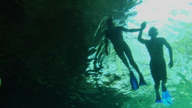 vídeos de stock, filmes e b-roll de la ws man and woman scuba diving underwater in caribbean sea / tulum, mexico - tulum méxico