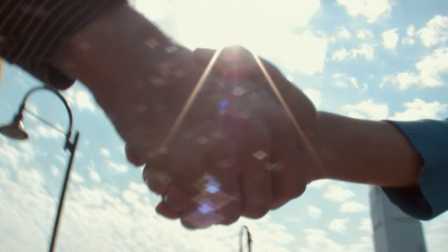 cu man and woman shaking hands / jersey city, new jersey, usa - 手をつなぐ点の映像素材/bロール